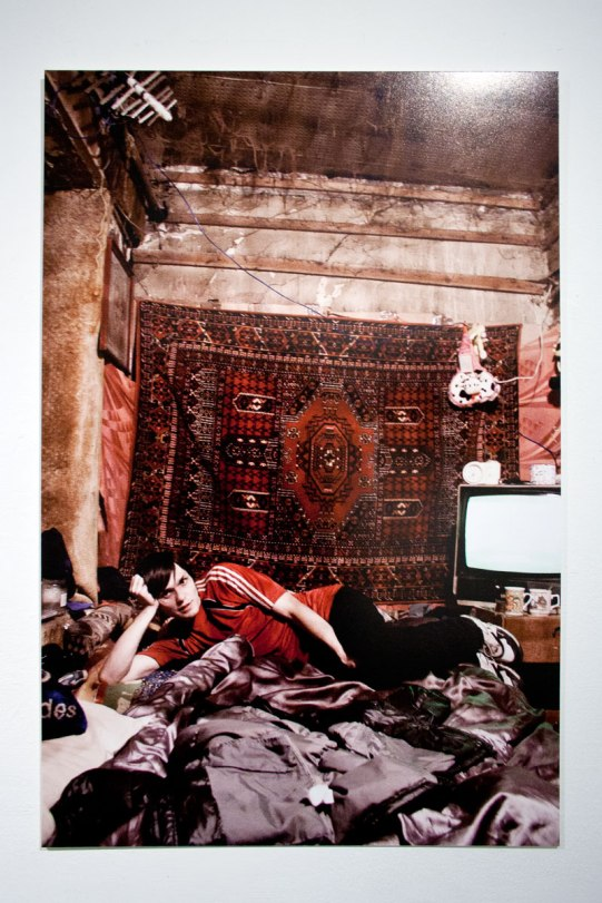 Anton recostado sobre su cama - Misha Vallejo
